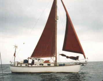 Sunseeker of Hamble under her tan sails